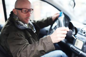 Mann mit Fahrzeugschlüssel