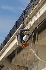 travail sur un pont par des ouvriers acrobates