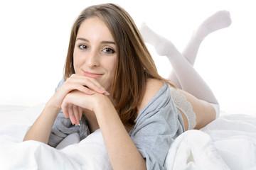 Teen liegt erholt im Bett