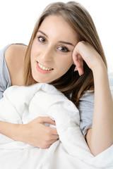 Hübsche Jugendliche liegt im Bett
