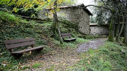 Molinos de río en el campo. Ruta de senderismo. Galicia.