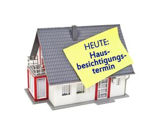 Haus mit Zettel und Hausbesichtigungstermin