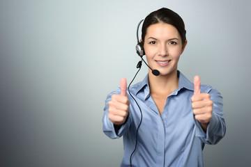 Attraktive Callcenter Mitarbeiterin macht Daumen hoch