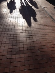 Sombras de transeuntes en la calle
