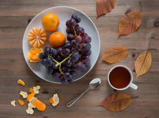 Blaue Trauben und Mandarinen