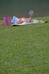 donna con e-reader