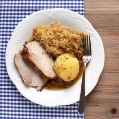 Schweinebraten mit Kloß und Sauerkraut