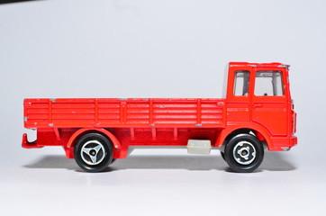 roter LKW mit Ladefläche