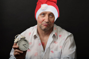 Мужчина в новогодней шапке.