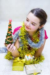 Девочка с Новогодней ёлкой и подарками