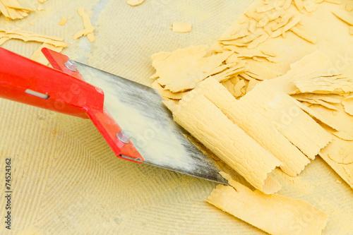 Teppichreste vom Boden entfernen - 74524362