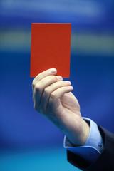Arbitre bradissant un carton rouge