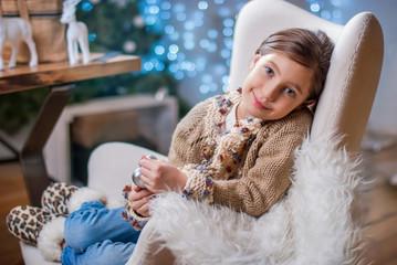 Девочка с елочными украшениями