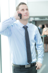 Junger Geschäftsmann telefoniert