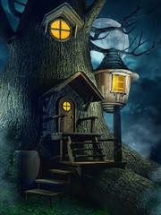 Baśniowy domek w drzewie nocą na tle księżyca