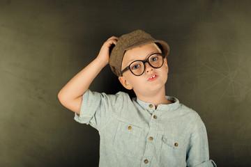 Junge im Retrostyle vor Tafel