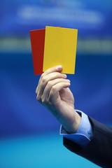 Arbitre brandissant un carton jaune et un carton rouge