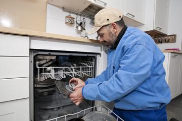 Fontanero/Fontanero reparando lavavajillas