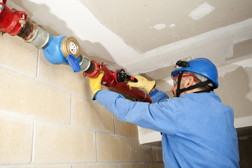 Plumber/Plumber repairing and performing maintenance
