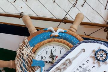 Horloge et thermomètre en décoration marine