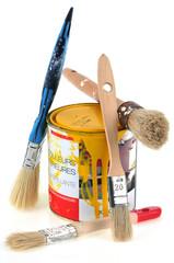 Pot de peinture jaune et pinceaux