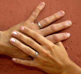 handen pasgetrouwd stel