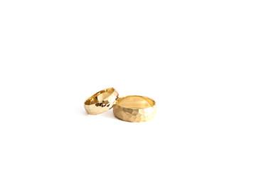 Обручальные кольца на белом фоне