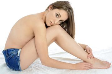 Schlanke Frau in Hot Pants sitzt