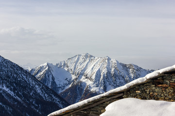 casa di montagna con neve