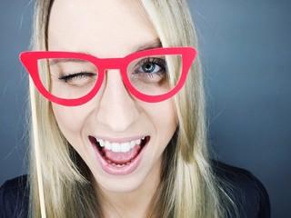 Junge Frau mit Brillengestell