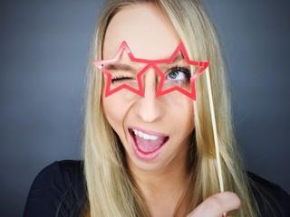 Frau mit Brille aus Pappe