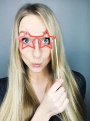 Frau mit Brille aus Papier