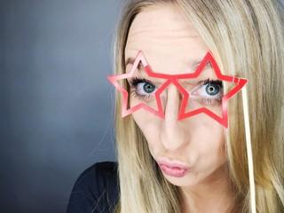 junge Frau blickt durch Brille