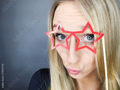 canvas print picture junge Frau blickt durch Brille