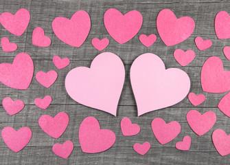 Zwei rosarote Herzen zum Valentinstag oder Hochzeit als Konzept