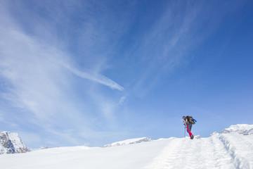 Escursionista in montagna con neve