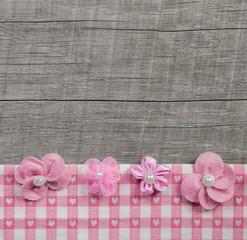 Holz Hintergrund shabby style mit rosaroten Blümchen