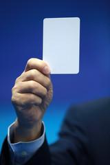 Arbitre brandissant un carton blanc