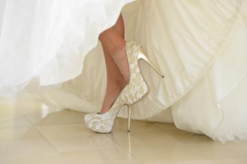 hohe Absatzschuhe bei der Braut