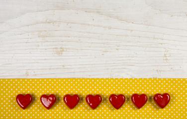 Alter Holz Hintergrund oder Karte zum Muttertag mit Herzen