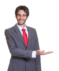 Mann mit Anzug und Bart präsentiert