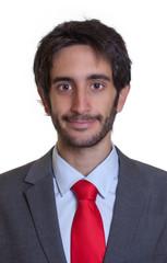 Portrait eines freundlichen Mannes mit Anzug und Bart