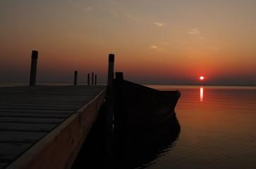 Алый закат на морском причале