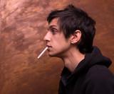 Portrait jeune et cigarette de profil