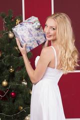 Девушка с новогодним подарком