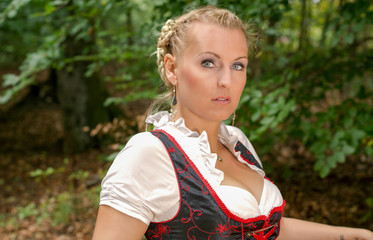 Blonde Frau Im Dirndl
