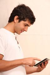 Junger Erwachsener mit Tablet Pc