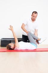 Physiotherapie mit einer älteren Patientin