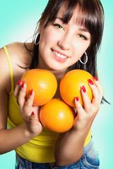 Портрет красивой жизнерадостной девушки с грейпфрутами
