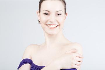 Junge hübsche Frau lächelt